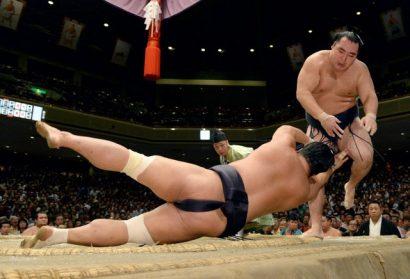 Kakuryu prend du retard après sa défaite contre Tamawashi