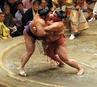 Après avoir vaincu deux yokozuna et deux ôzeki, Yoshikaze a sorti le sekiwake Tochiozan