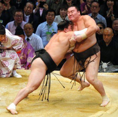 Harumafuji revient au score en battant Hakuho