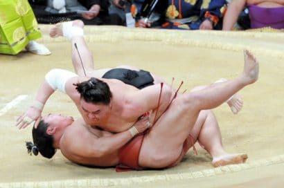 Hakuho seul en tête du tournoi, Harumafuji le suit avec juste une défaite