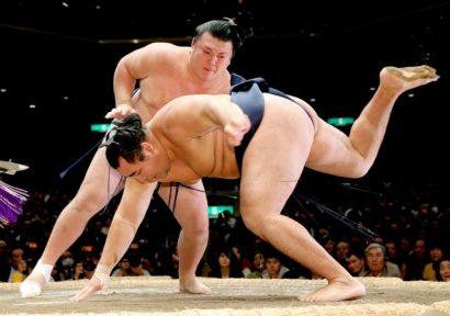 Kakuryu quitte le peloton de tête après sa défaite contre Ikioi