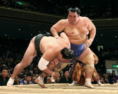 Kotoshogiku s'avance vers le titre en restant le seul lutteur invaincu