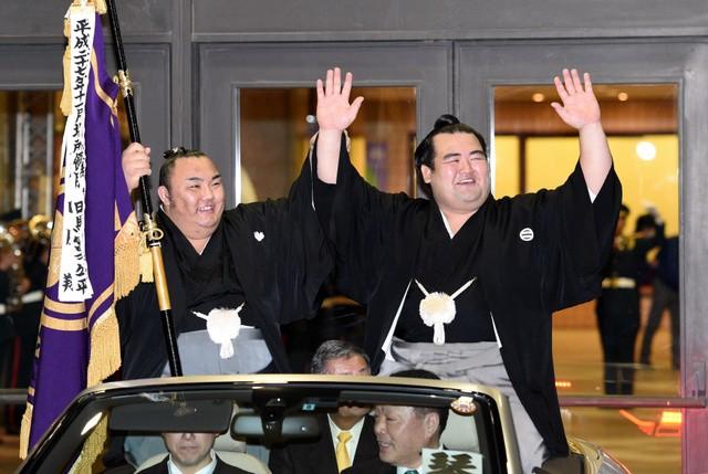 Kotoshogiku avec Kotoyuki lors de la parade