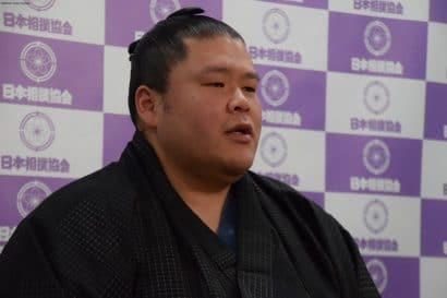 Tosayutaka lors de la conférence de presse annonce son intai