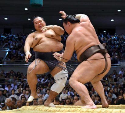 Hakuho a vaincu le sekiwake Toyonoshima et reste à une défaite derrière Kisenosato et Ikioi.