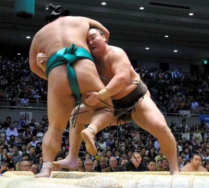 Hakuho, recouvert du sang de son adversaire, a été très violent contre Yoshikaze.