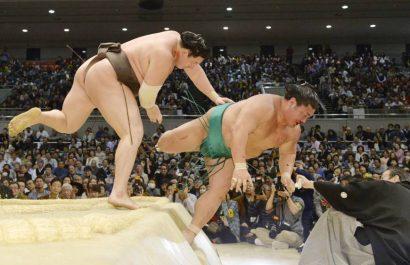 Hakuho s'excuse pour avoir blessé un juge
