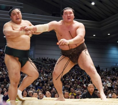 """Hakuho """"achève"""" Okinoumi en le poussant violemment hors du dohyô."""