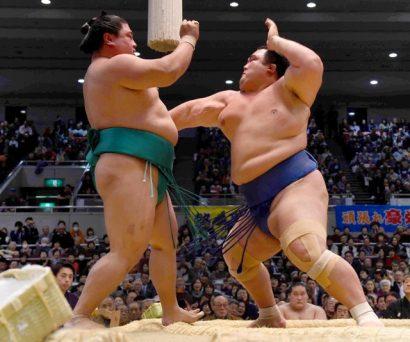 En battant Yoshikaze, l'ôzeki Kotoshogiku continue sa route vers la tsuna