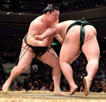 Déjà plus que quatre lutteurs invaincus dont le yokozuna Hakuho