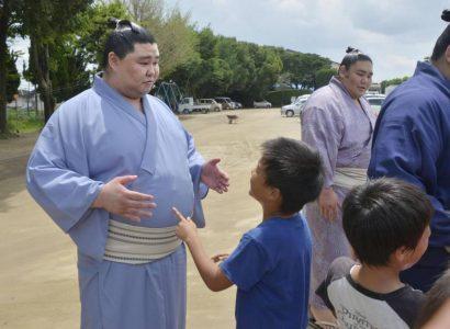 Shodai lutte avec les enfants de Kumamoto