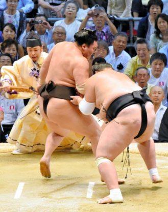 Hakuho prend du retard sur ses rivaux après sa défaite contre Terunofuji