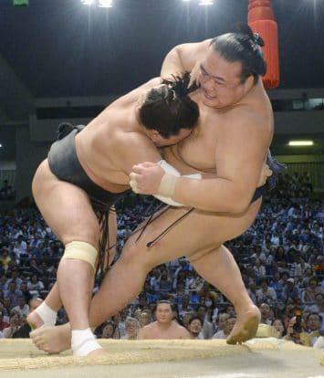 Harumafuji passe en tête du championnat