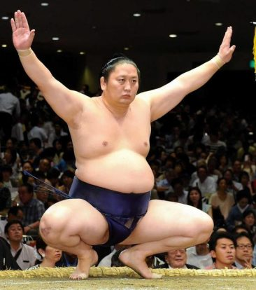 Tokitenku prend sa retraite de lutteur mais reste comme coach sous le nom de Magaki oyakata.