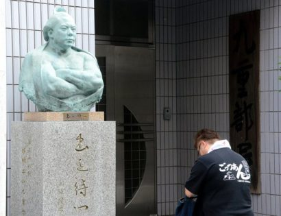 Chiyotaikai se recueille face au buste de Chiyonofuji devant la Kokonoe beya