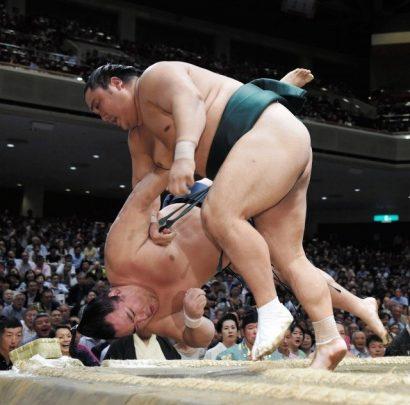 Troisième kinboshi pour Okinoumi qui bat le yokozuna Kakuryu