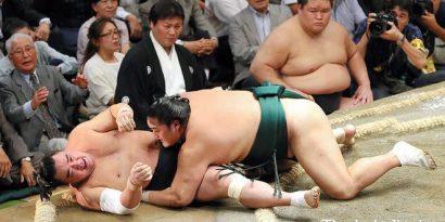 Okinoumi surpasse les yokozuna après sa victoire sur Harumafuji