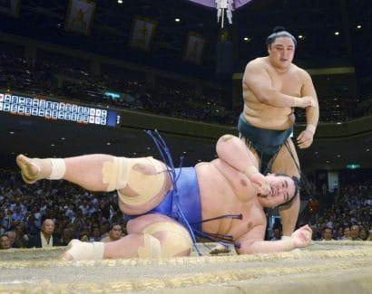 Kotoshogiku s'incline devant Okinoumi