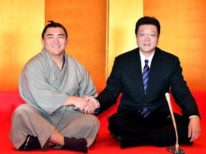 Le nouveau jûryô Terutsuyoshi avec Isegahama oyakata