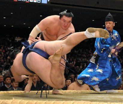 Le yokozuna Hakuho continue de marcher dans les pas de Kisenosato avec une victoire de retard sur l'ôzeki.