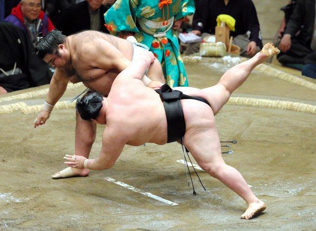 Le komusubi Takayasu s'est imposé par shitatenage face à l'ôzeki Goeido.