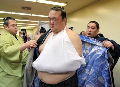 Blessé lors de son combat avec Harumafuji, Kisenosato est reparti avec le bras en écharpe.