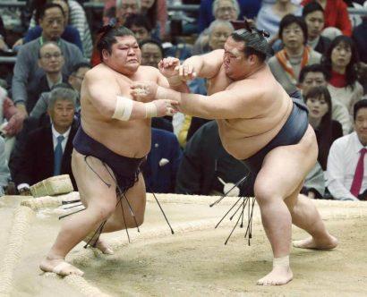Kisenosato a remporté son premier combat alors que les yokozuna Hakuho et Harumafuji déjà défaits