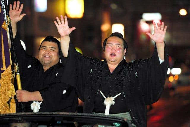 Kisenosato célèbre sa victoire lors de la parade avec le sekiwake Takayasu