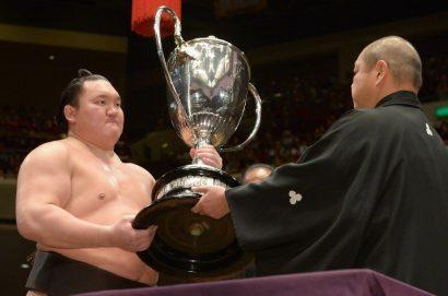 Hakuho termine sur un score parfait