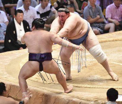 Aoiyama continue de tenir tête à Hakuho
