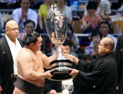Hakuho remporte son 39e tournoi