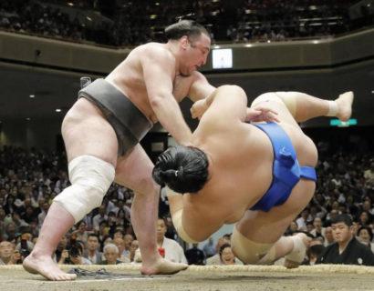 Tochinoshin bouscule Kotoshogiku