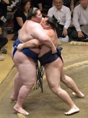 Kakuryu repousse Ichinojo