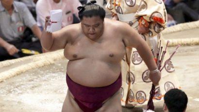 Mitakeumi conserve la tête du tournoi