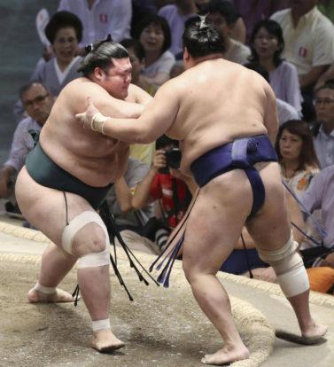 Mitakeumi poussé dehors