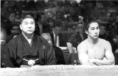 Futagoyama oyakata et son frère Takanohana I en 1968