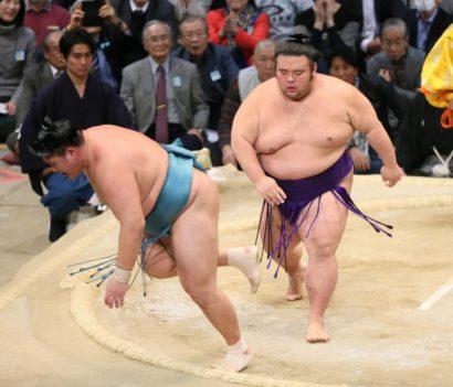 Takakeisho repousse Tamawashi hors du dohyô