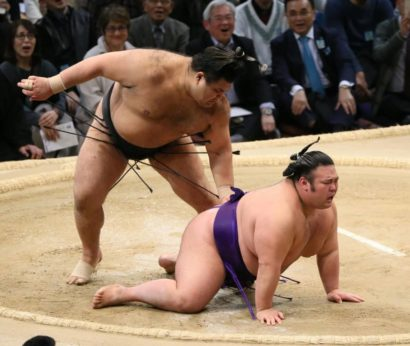 Takayasu évite Takakeisho