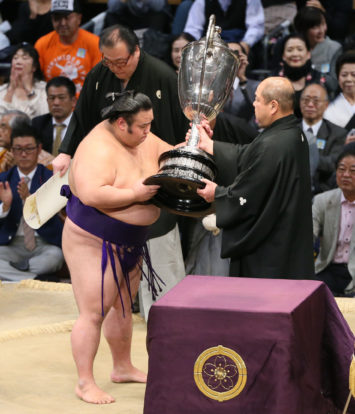 Takakeisho reçoit la coupe de l'Empereur