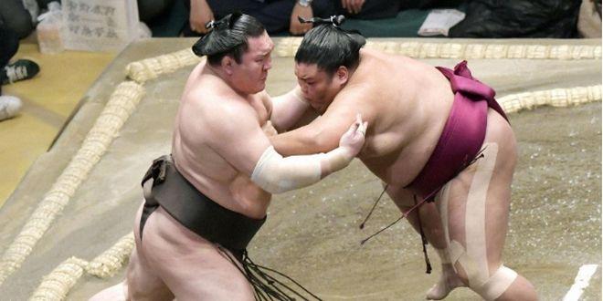 Hakuho chute pour la première fois dans le tournoi