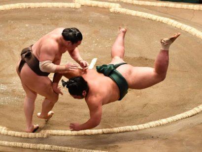 Hakuho conserve la tête avec une chance insolente