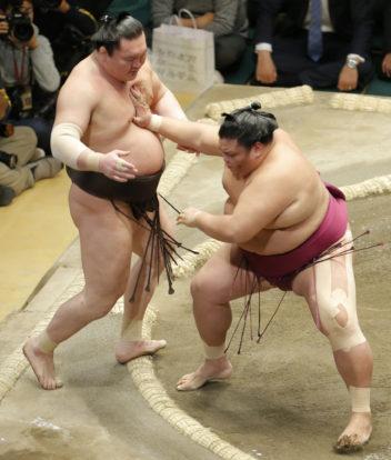 Hakuho chute pour la première fois