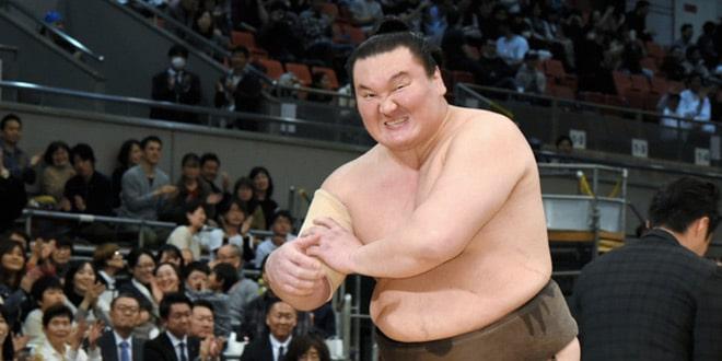 Hakuho souffre d'une déchirure musculaire au bras droit