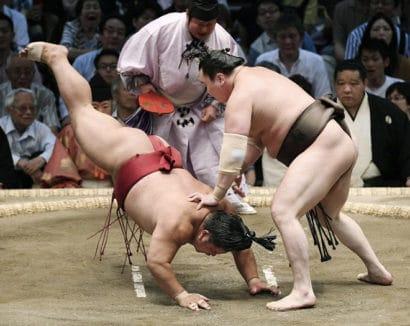 Les yokozuna continuent de s'imposer facilement