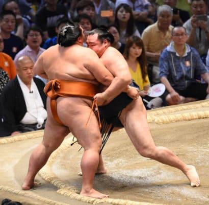 Kakuryû dépose Mitakeumi à l'extérieur
