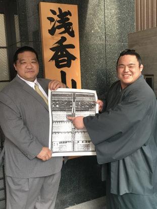 Kaisho en compagnie de Asakayama oyakata (ex ôzeki Kaio)