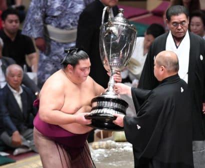 Mitakeumi reçoit sa deuxième coupe de l'Empereur