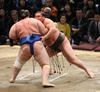 Hakuhô repousse Aoiyama