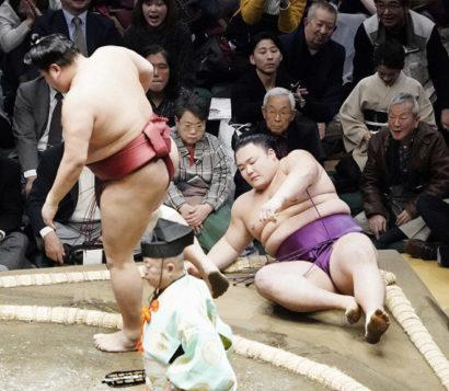 Asanoyama perd sa longueur d'avance