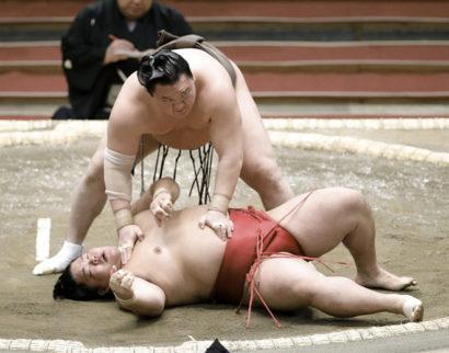 Hakuho invaincu, Kakuryu s'incline au deuxième jour